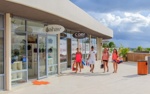 img of Op loopafstand vindt u Curaçao Beach Boulevard met leuke winkeltjes, barretjes en restaurants. Loop de trappen af en dan komt u op het bekende Mambo Beach, waar zich tevens de nieuwe Madero Ocean Club Curaçao bevindt. Na een heerlijk dagje strand kunt u hier naar hartelust shoppen, een drankje doen of een lekker hapje eten.<br />  - villas curacao